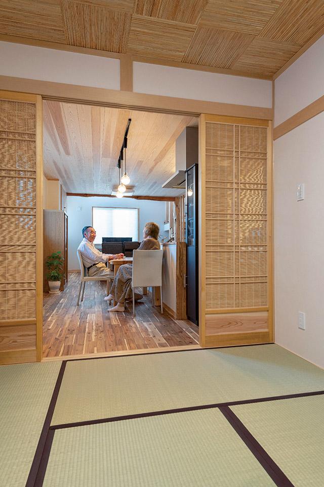 和室からLDKを望む。ダイニングとの仕切りとなる夏障子も、林工務店の建具職人が製作
