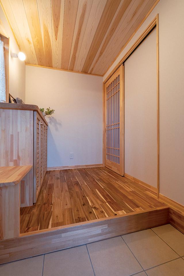 青森県産スギ板を使用した外観。ウッドロングエコのみを使用し、年月が経つとシルバーグレーに変化していく
