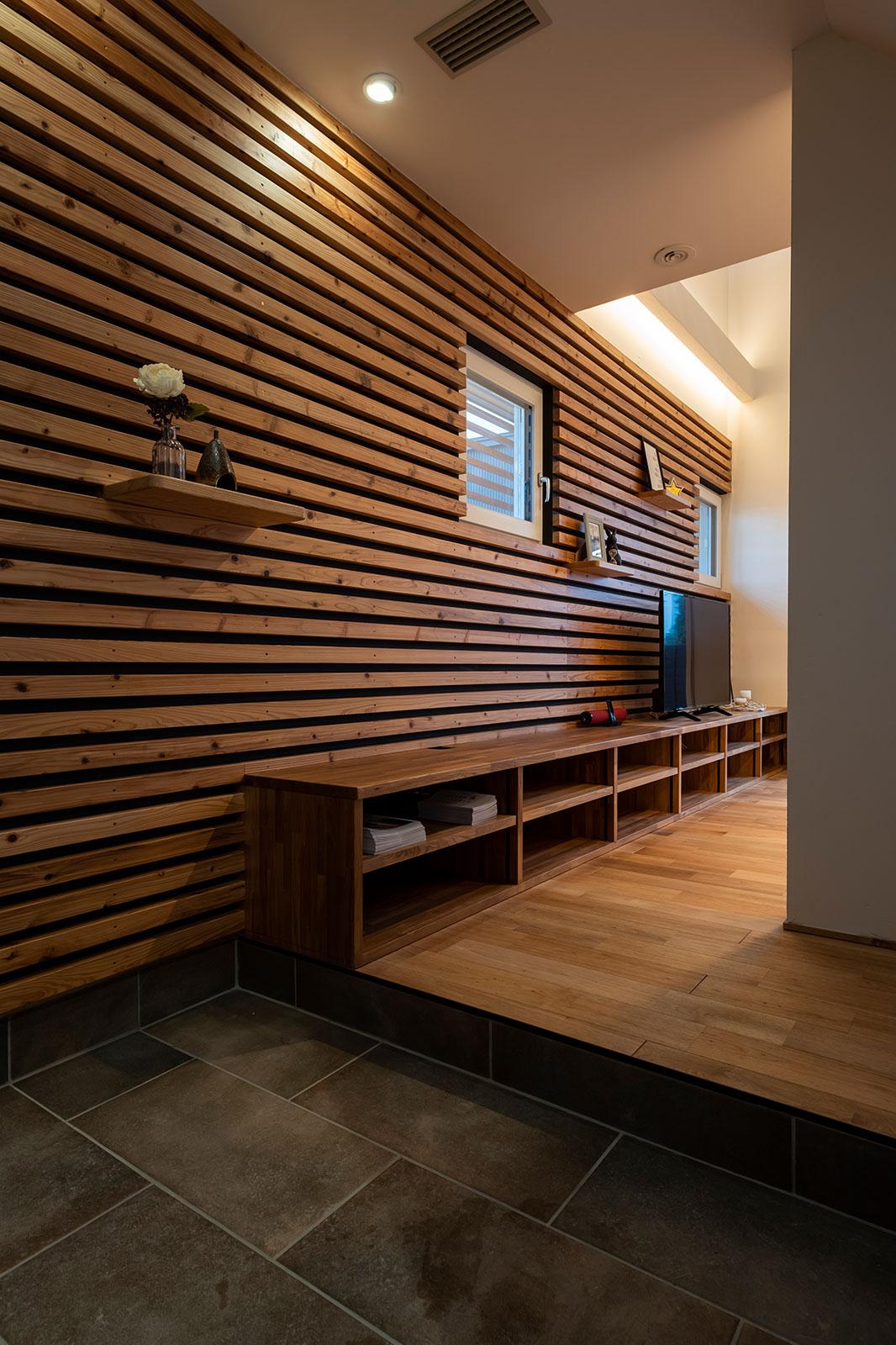 アクセントウォールは、取り外しできる棚で「見せる収納」を楽しむこともできる
