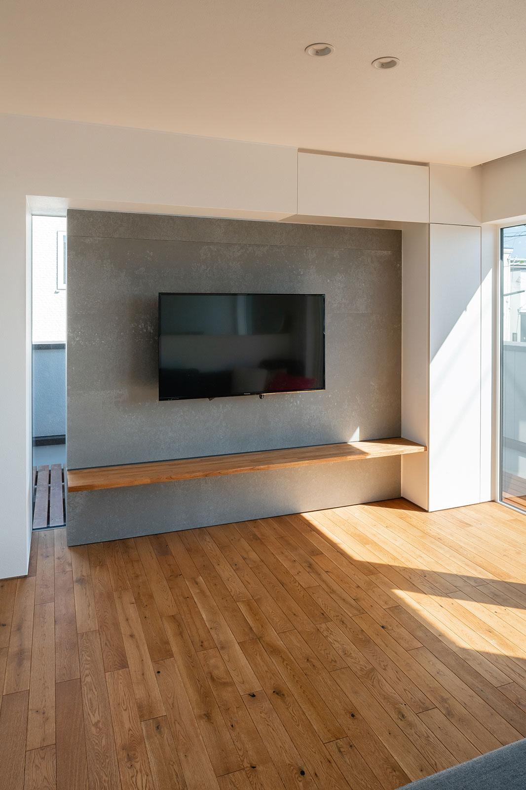 テレビ収納は壁と一体化するように造作し、アクセントウォールまわりはスッキリと美しく