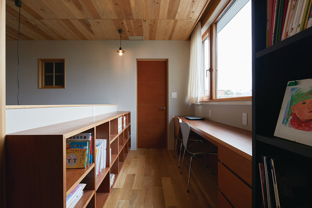 ホールにレイアウトされたお子さんの勉強スペース。奥には主寝室とつながる大空間のウォークインクローゼットが