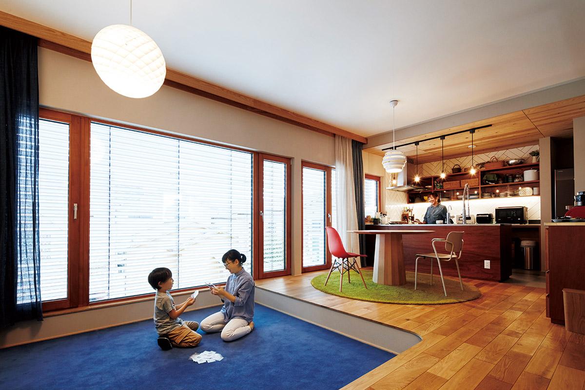 南面の大開口が居心地の良さを高める2階LDK。ダイニングテーブルやリビングのソファ、一段床を下げたピットリビングなど、多彩なくつろぎのスペースを提示