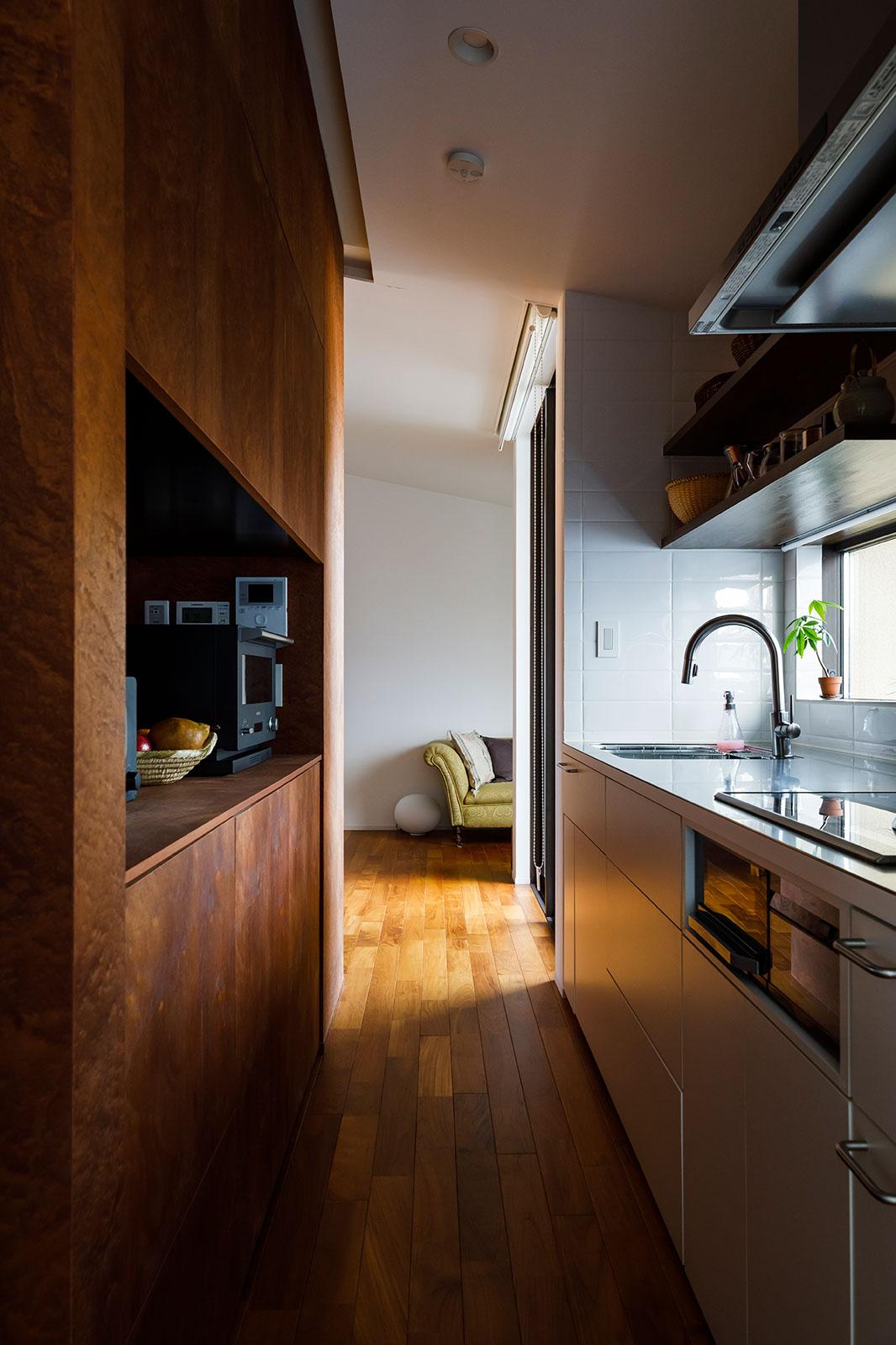 側面のキッチン側も同じ造作収納が壁代わりとなっている