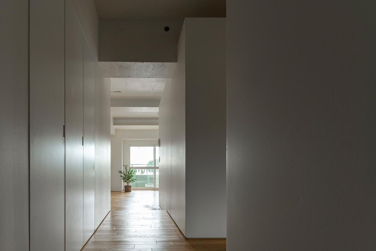 光と緑に向かって進む廊下