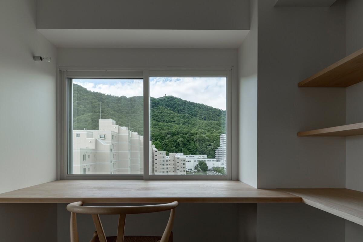 藻岩山を見るキッチン横の書斎スペース。自宅で仕事をする機会が増えたいまの時代にフィットする外を感じる心地よい空間だ