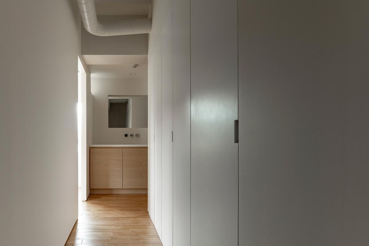突きあたりに洗面台が見える洋室からの光が気持ちいい印象的な廊下