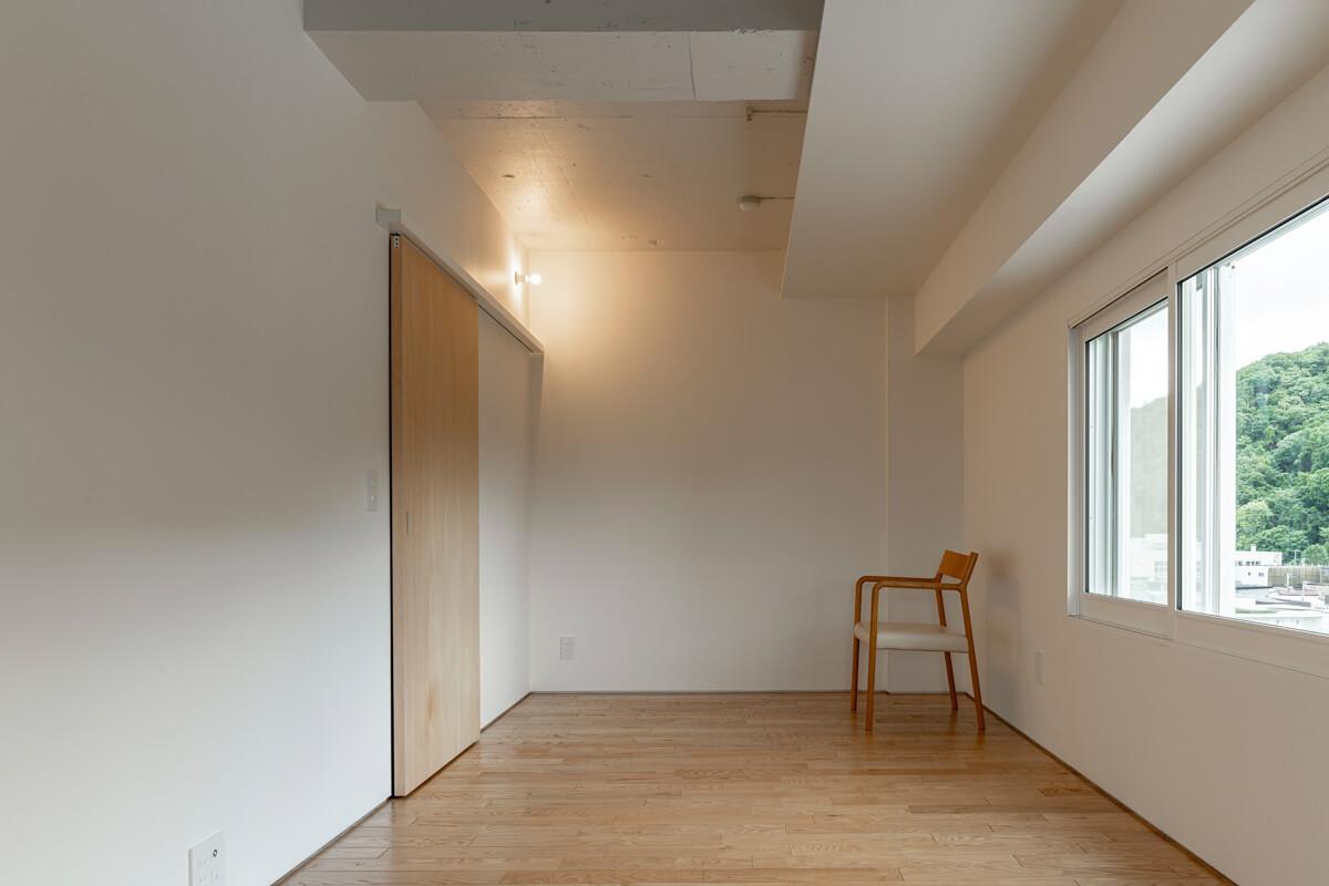 天井の凹凸が空間に和みを与える洋室