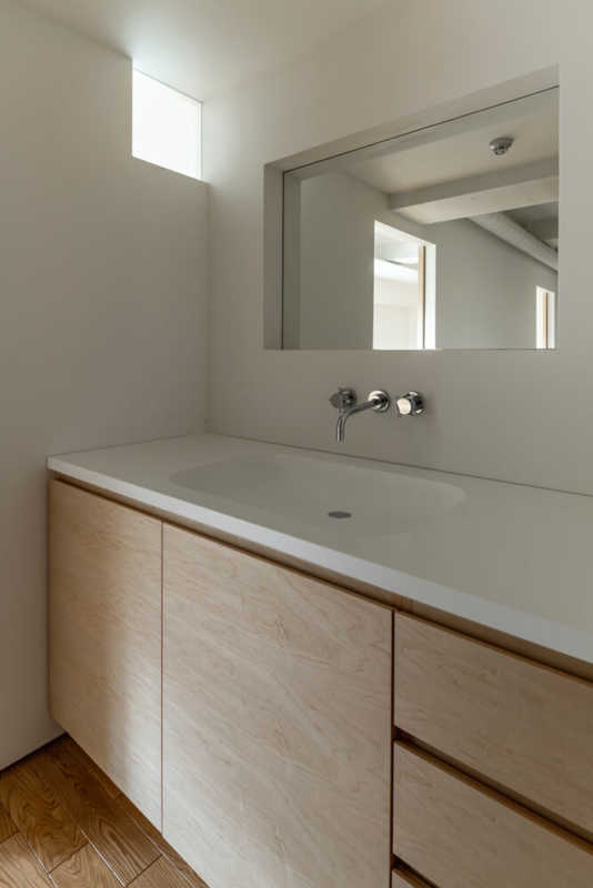 明り取りの小窓から差し込む光が心地よい洗面台