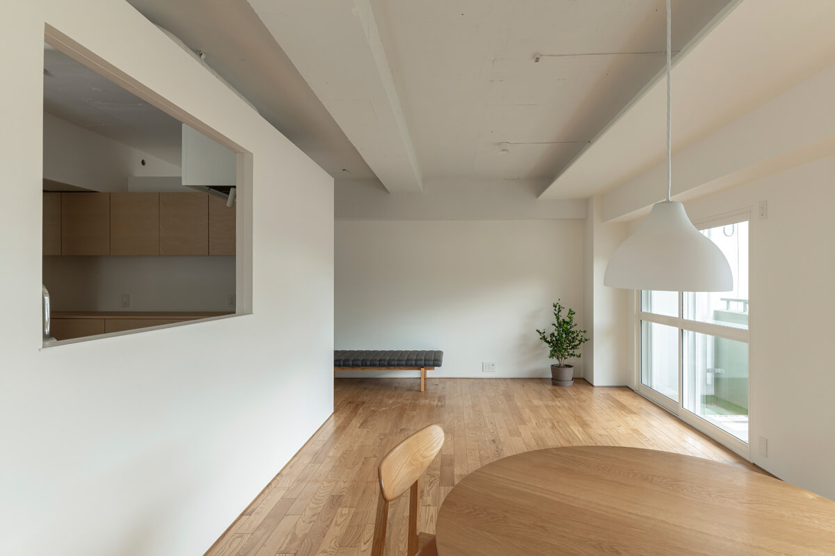 ダイニングからの風景。キッチンを中心に、ほどよい距離感をつくり出している