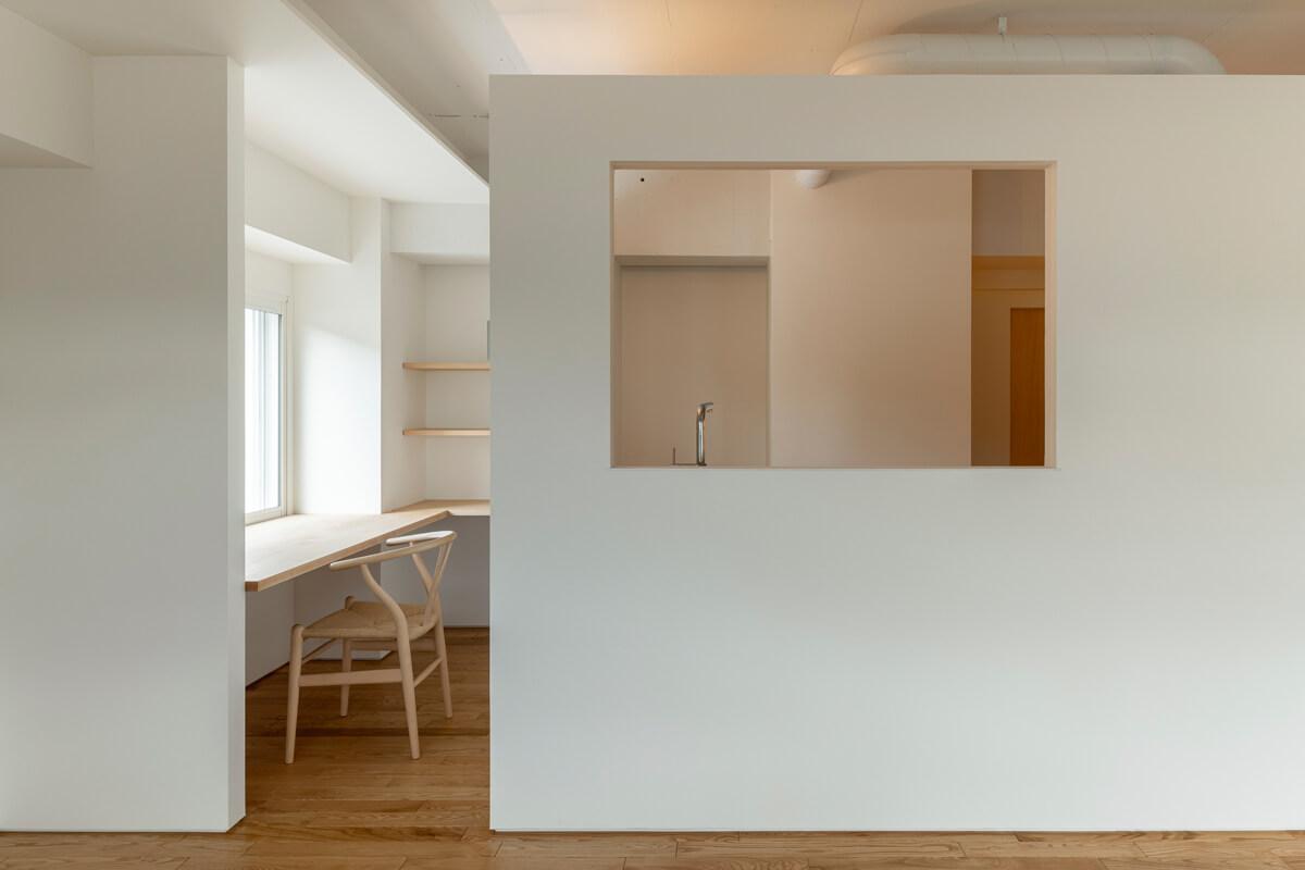 切り取られた窓のようキッチンと、通路を利用してつくられた書斎スペース