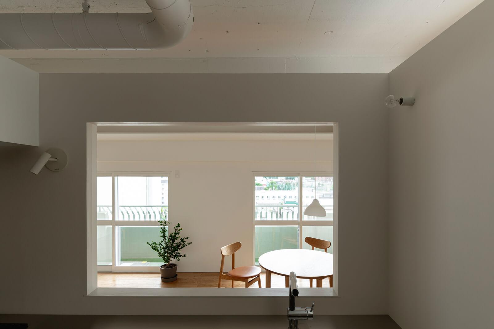 窓から外を眺めるような景色が楽しいキッチンからの眺め