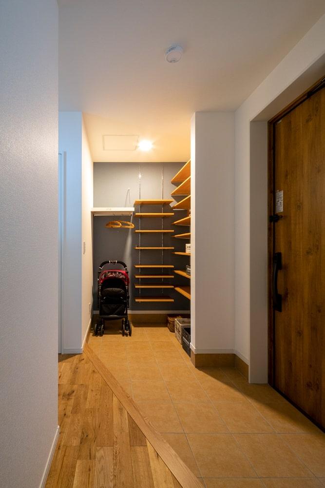 ベビーカーも収納できる充実の収納を持つ広い玄関