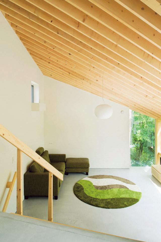 片流れの屋根がそのまま現れた天井。開放的な空間におおらかな勾配が安心感をもたらしている