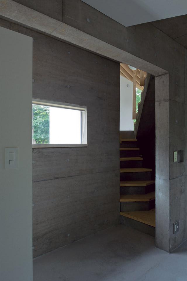 プライベート空間を集約した1階は鉄筋コンクリート造。光を抑えたしっとりとした雰囲気