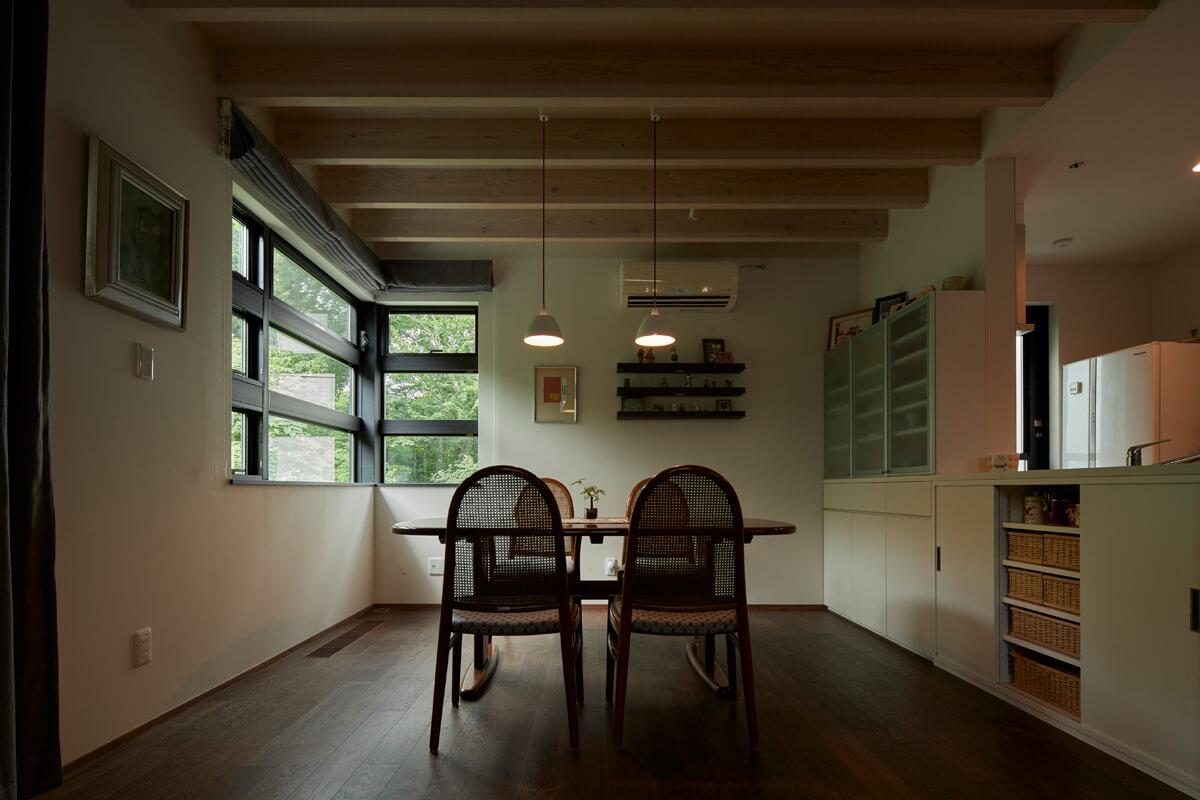 親世帯のリビングからダイニング方向を望む。床はブラックウォールナット、壁はドイツの自然塗料と、天然素材に囲まれた空間だ