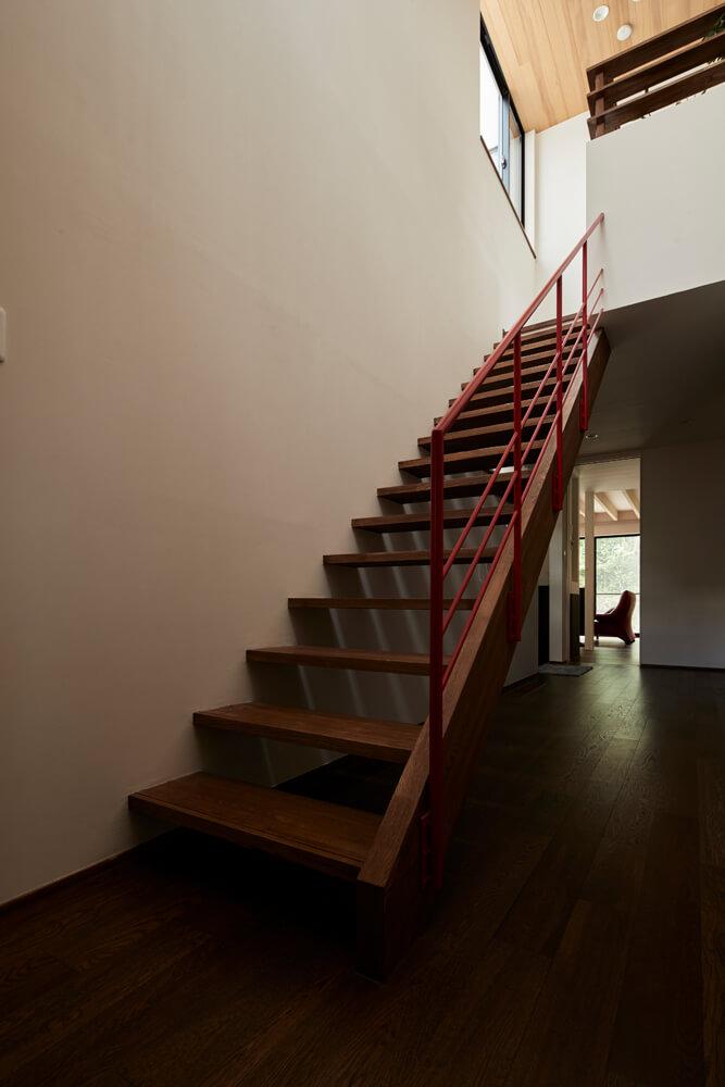 親世帯の階段まわりは吹き抜けで開放的。階段を上った先には、外孫が遊びに来た時のための部屋や広いテラス、納戸などがある