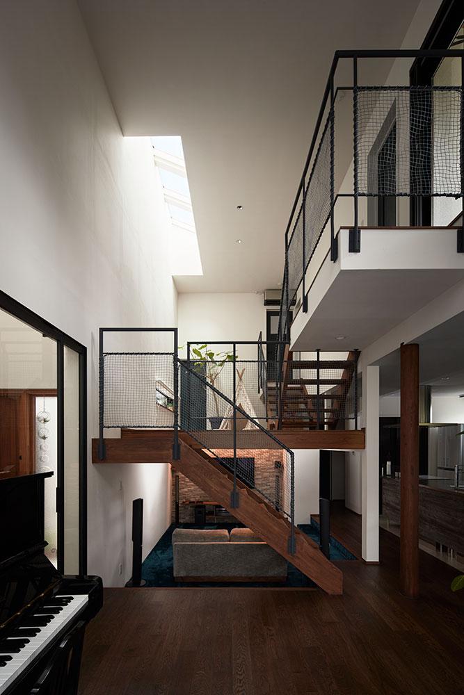 大きな吹き抜け空間に4つの床レベルが複雑に入り組み、多様な陰影や躍動感を生み出している子世帯
