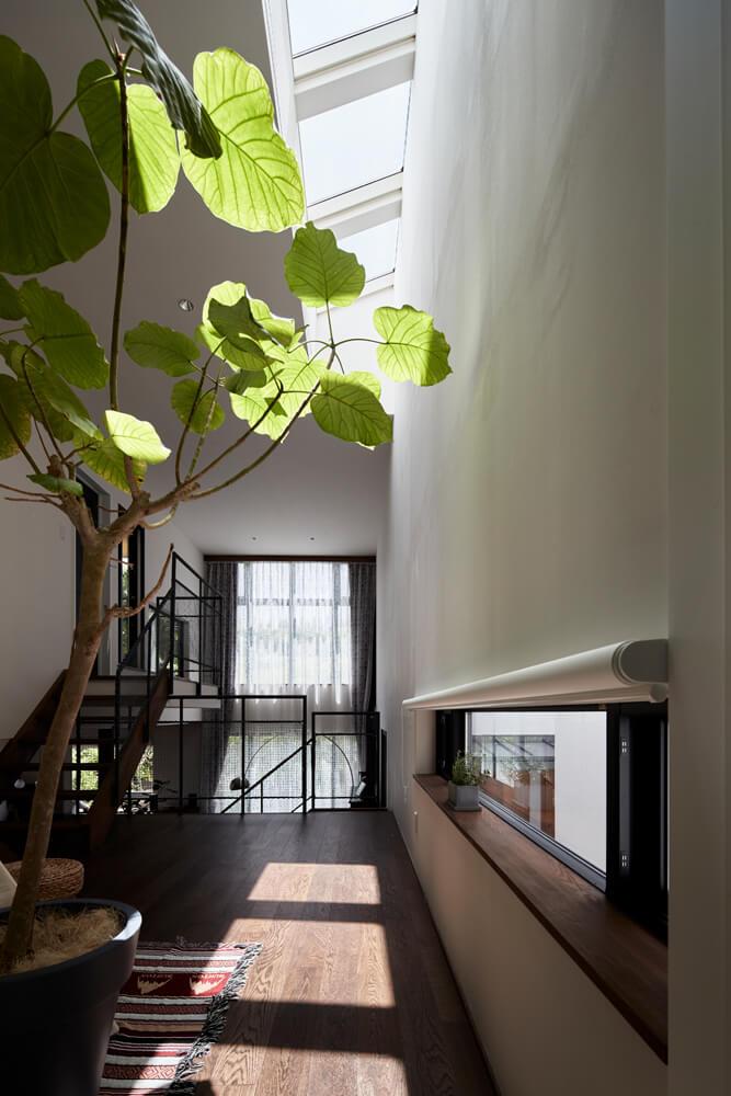 小学生と幼児、2人のお子さんの格好の遊び場となっている中2階の広間。トップライトからの自然光が心地よい空間だ