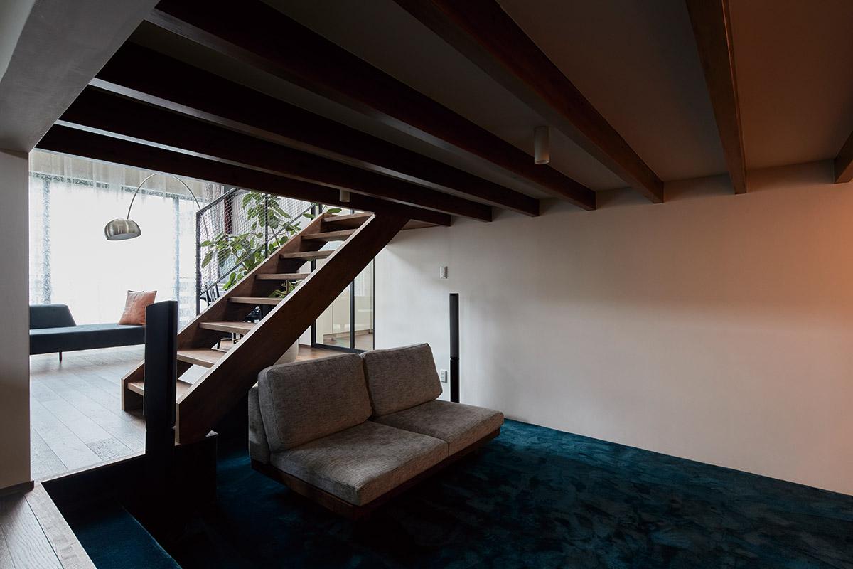床レベルを一段下げた蔵のようなスペース。リビングの窓を開ければ風も通り、居心地の良さは抜群