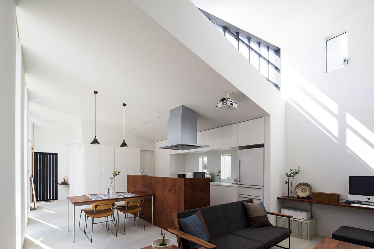 シンプルな設えにアクセントとなる素材感と光。ハイサイドライトは奥に長い建物も光で満たす