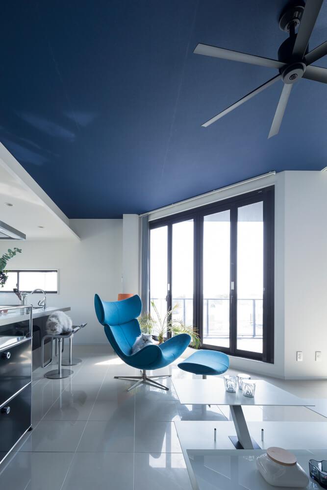 リゾート感をテーマに、ブルーを基調としたスタイリッシュな住空間