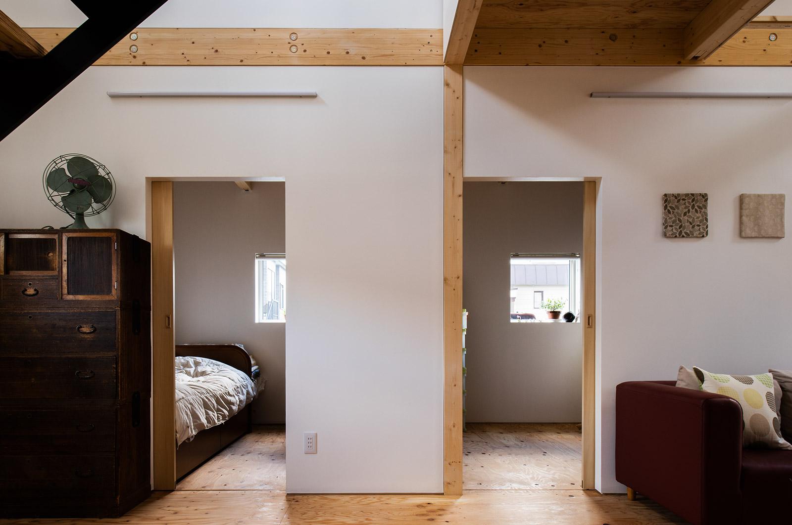 リビングに隣接して左にお母さん、右にTさんの寝室をレイアウト。いずれも4畳半、ベッドと最小限の造作収納のみが置ける広さ
