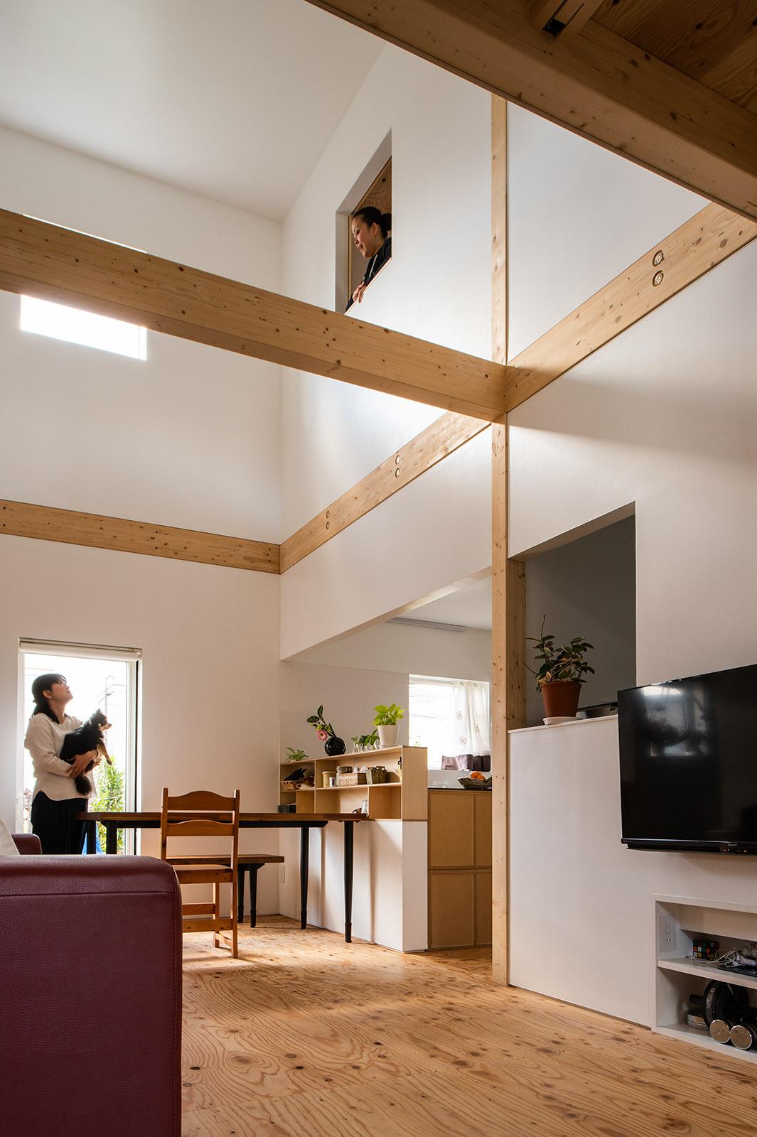 2階の各個室には、吹き抜けに面して正方形の開口を設置。開口越しに声を掛け合う様子からも、家族の親密さが伝わる