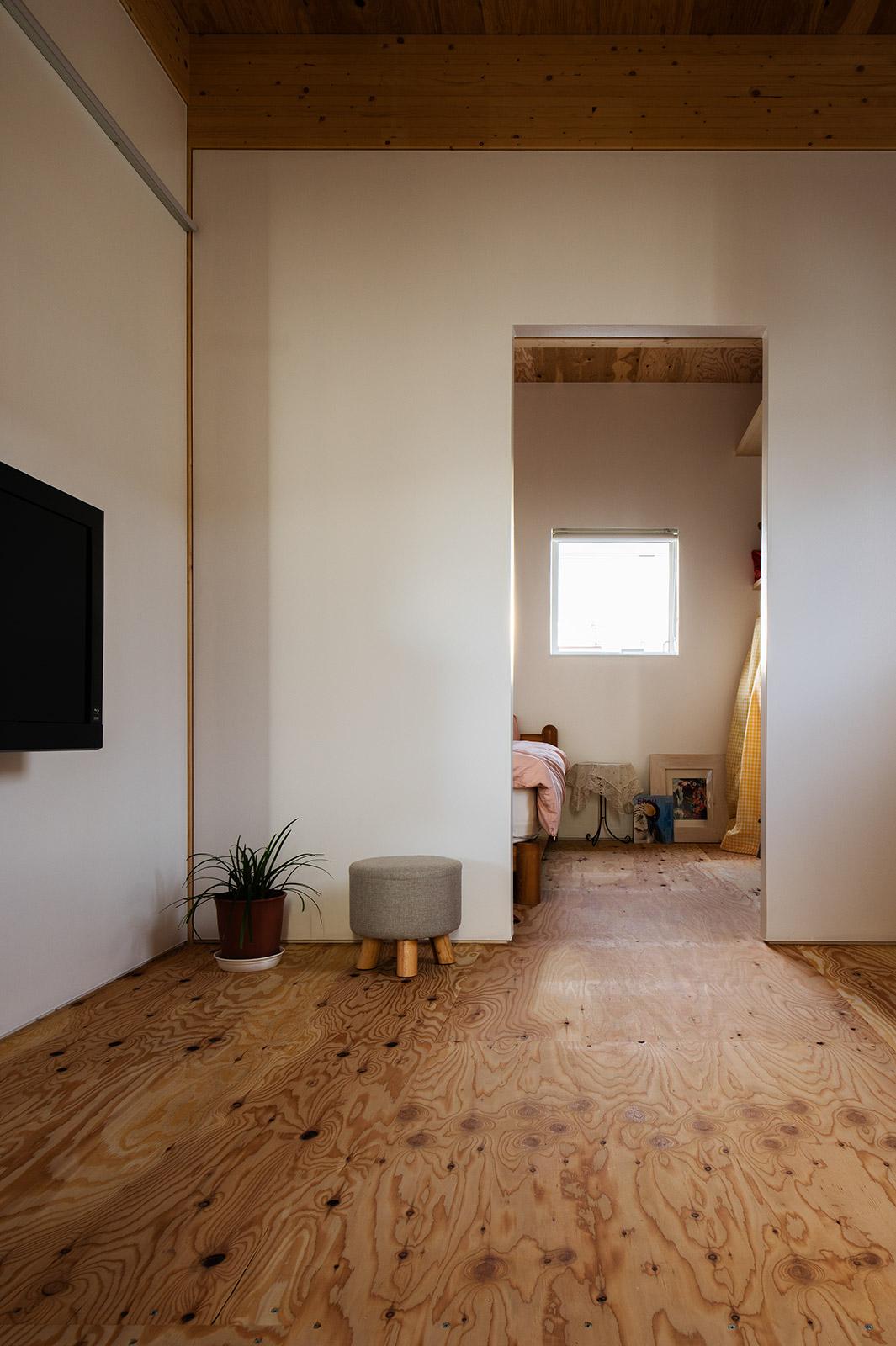 2階西側にある姉の居住スペースは、4畳半3つ分。中央にセミオープンなホールを配し、南に寝室、北にシャワー室とトイレ、洗面を配置