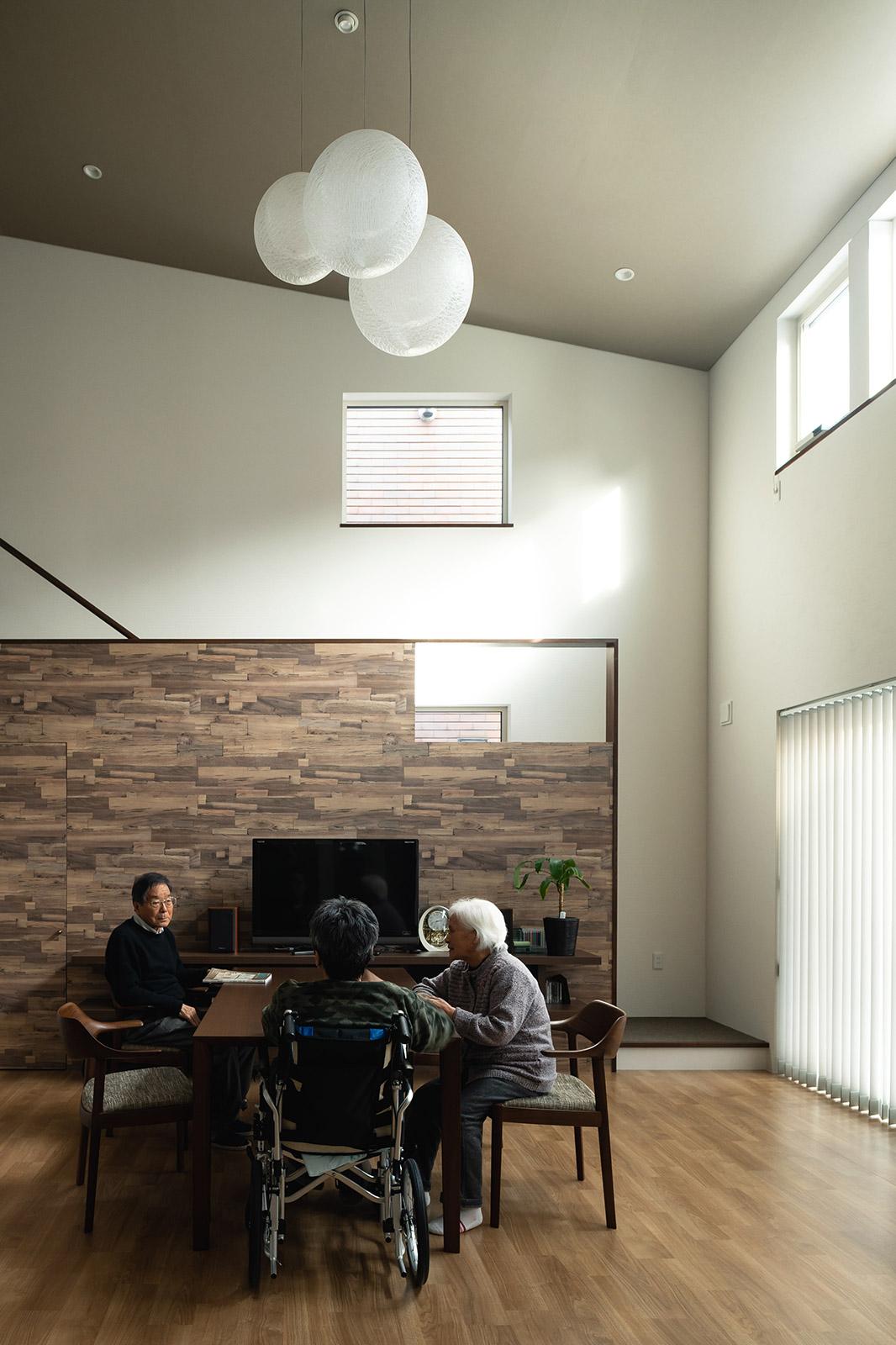階段下収納の扉(写真左)も同じ壁紙を張って統一感を与えた