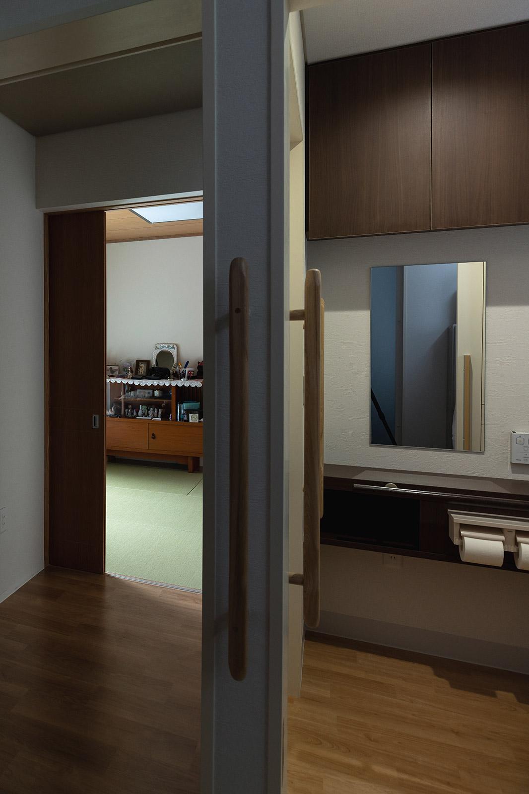 トイレは車いすの介助がしやすいように、廊下側とユーテリティ側に出入り口を設けた2way仕様。ご両親の部屋も、このトイレに近接している