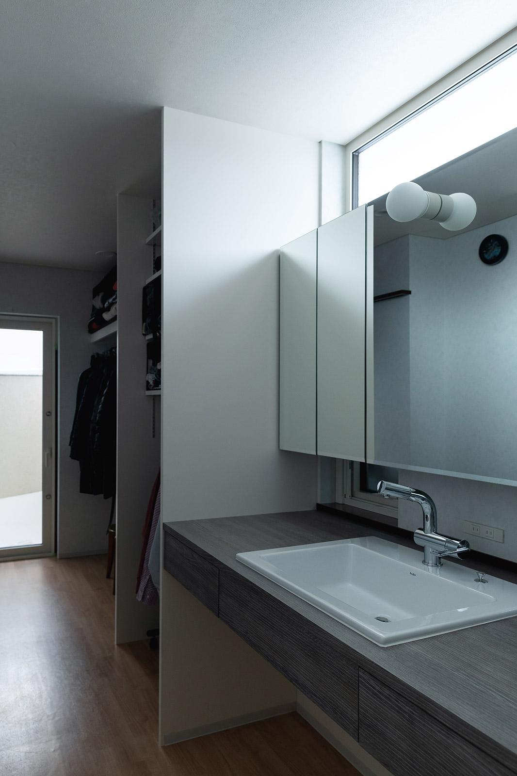 2階のMさん夫妻の居住スペースには、ウォークインクローゼットのほか、朝の身支度に便利な洗面台が別途設けられている