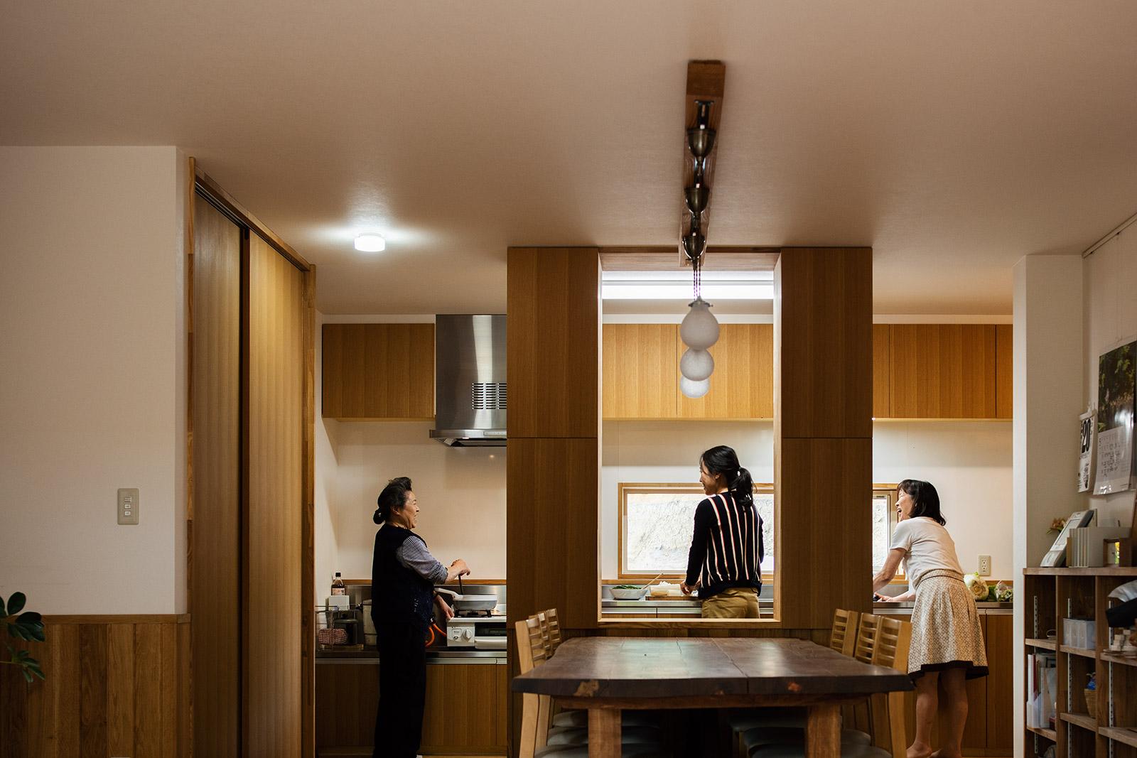 3世代で立っても、まだ余裕のある広いキッチン。無垢のエンジュでつくられた食卓テーブルは、大人8人がゆったり座れるサイズ