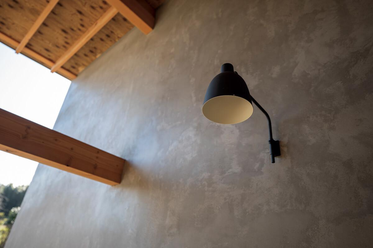 モルタルの塗り壁仕上げはご夫妻が希望したもの。以前暮らしたドイツのアパートがヒントに