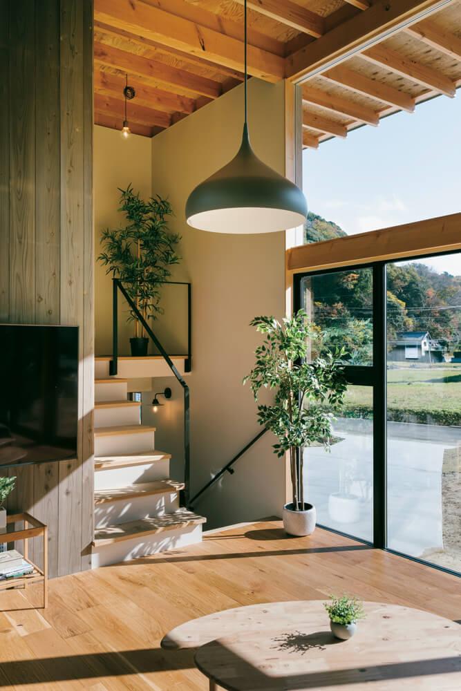 LDKを中2階に配置する設計で、敷地の高低差をプランに無理なく反映