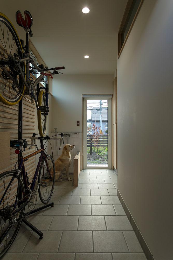 Sさん愛用の自転車と、ギンくん専用の洗い場を設けた広い土間のある玄関まわり