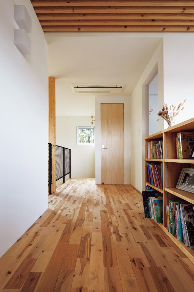 書棚のある2階ホール。書棚の裏は吹き抜けで1階玄関に通じる