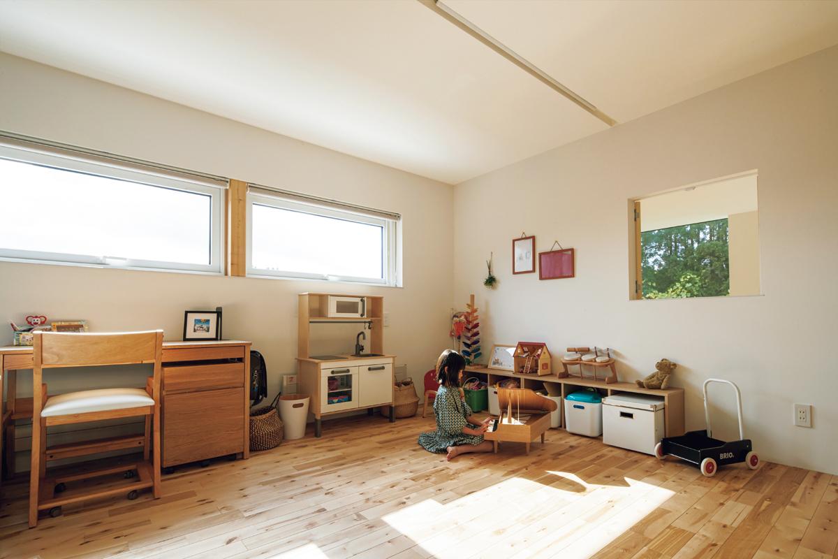 子ども部屋は将来2つに分ける予定。右側の窓はリビングを見下ろせる