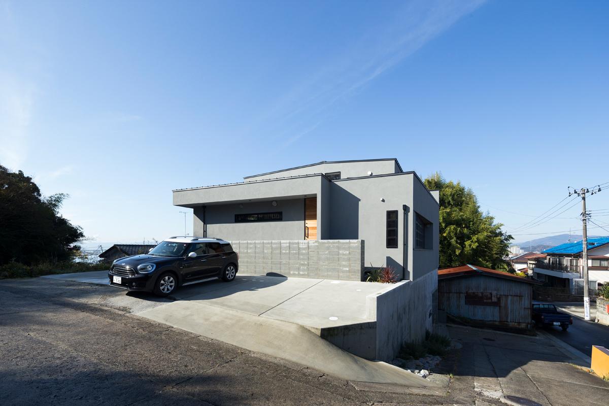 「360°house」は、ガレージを鉄筋コンクリート造の基礎に組み込み、建築物の一部とすることで「がけを含んだ狭小地」という難題をクリアした