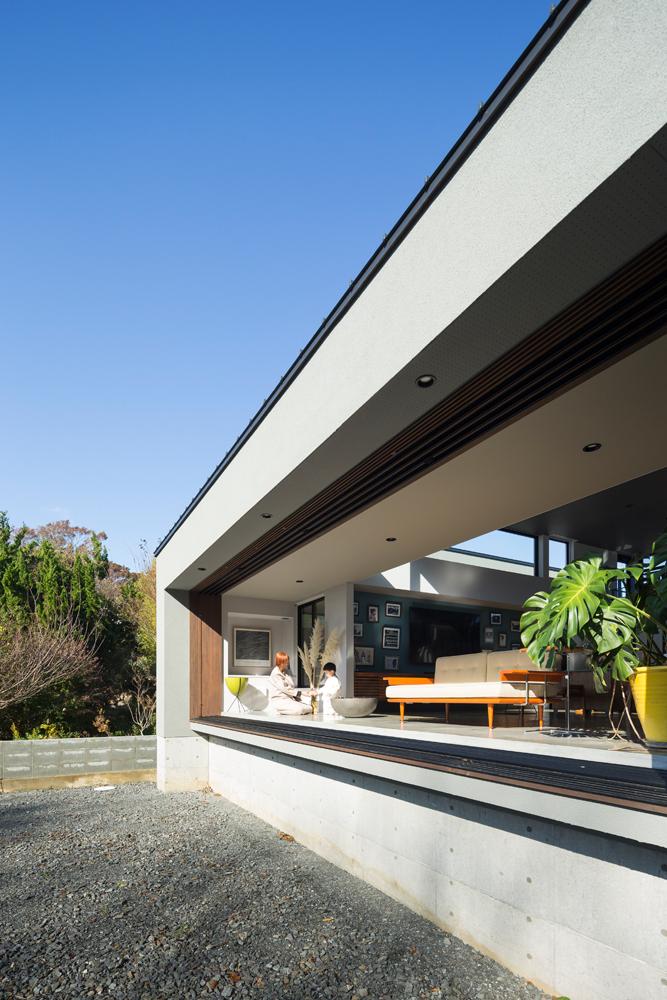 4枚の大きな掃き出し窓をすべて開け放ち、壁内に収納できる設計。日向ぼっこにも最適な半屋外テラスが、暮らしをより豊かに彩る