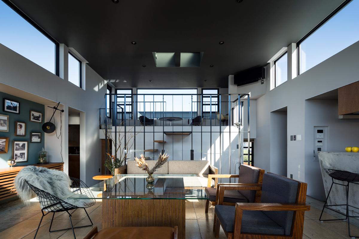 寝室の上のスペースを生かしてサブリビングを配置。「スカイフロア」と名付けたこの場所は、眺望を楽しむための特等席に