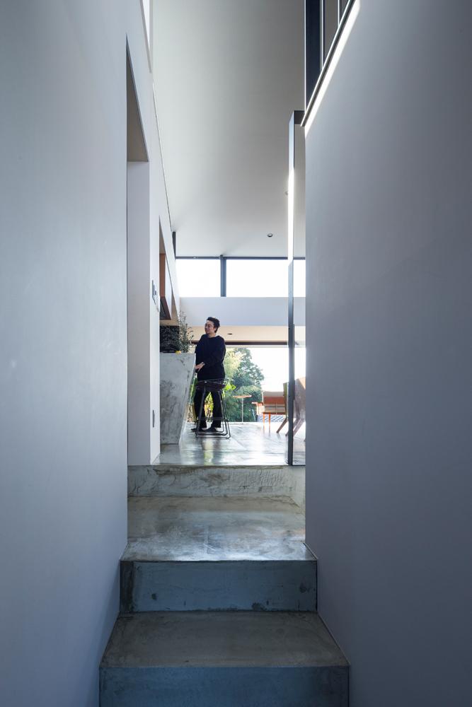 寝室とLDKは数段のコンクリート打ち放しの階段でつながっている。「朝起きて光あふれる空間に出るのが気持ちいい」と奥さん