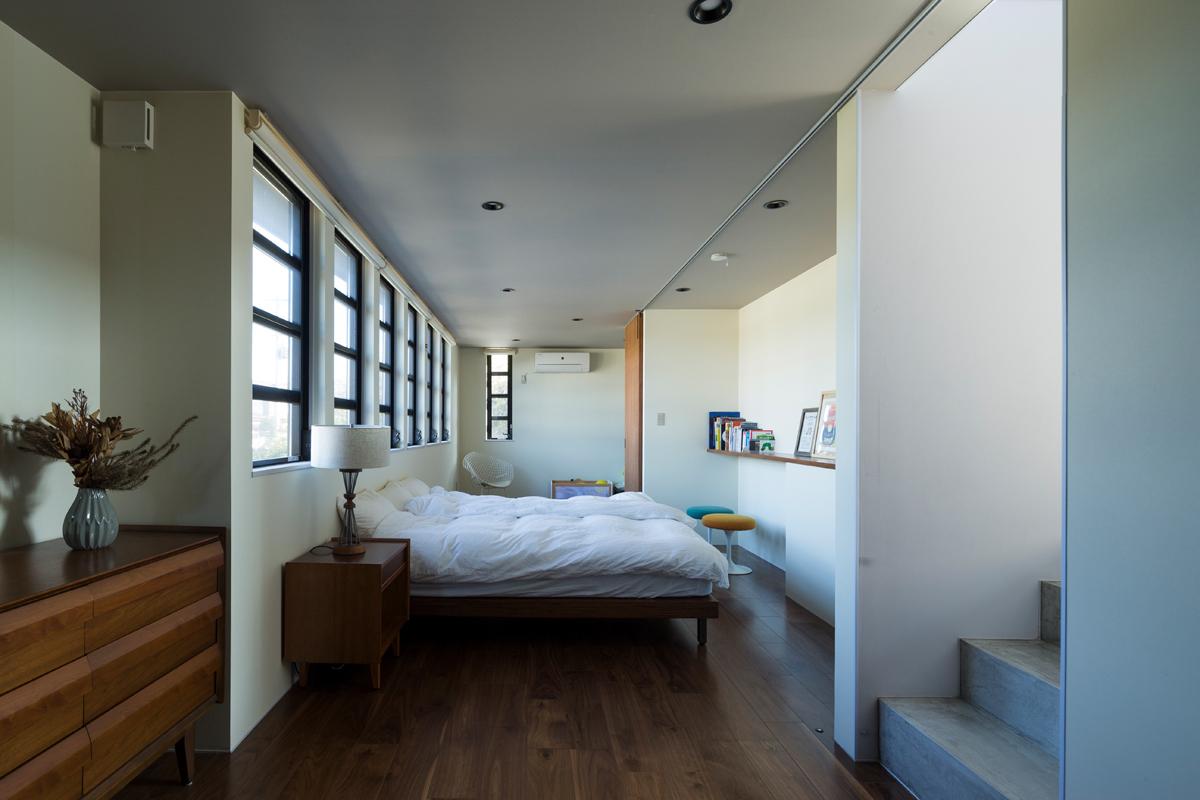 北側にある寝室。一見すると収納スペースが見当たらないが、階下のガレージと寝室・パウダースペースとの間の階層に約10帖もの広さのクローゼットを配している