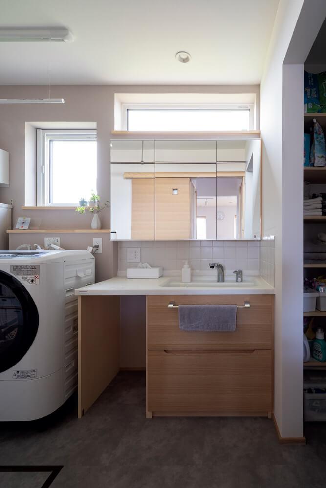 LDKの隣のユーティリティには、玄関近くの手洗い場とは別に造作の洗面化粧台を設置している