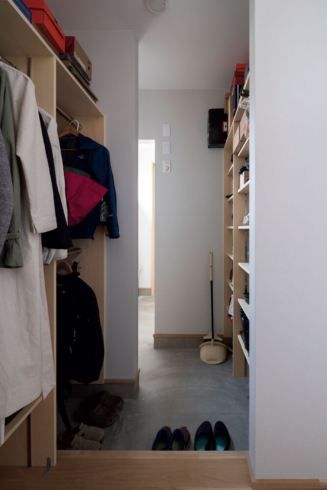 シューズクロークが実質的に、家族用の玄関に。このすぐ隣にトイレの手洗い場を兼ねた洗面台がある