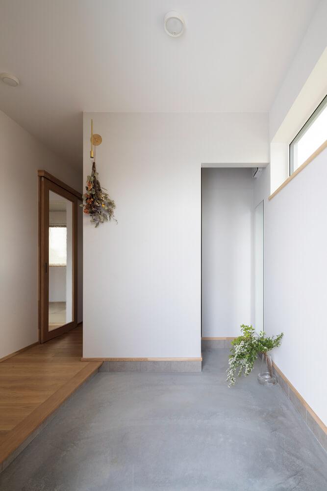 玄関に入り、そのまま土間を進んだ先にあるシューズクロークは、正面からは壁で目隠しされていて、玄関まわりをすっきりした印象に保てる