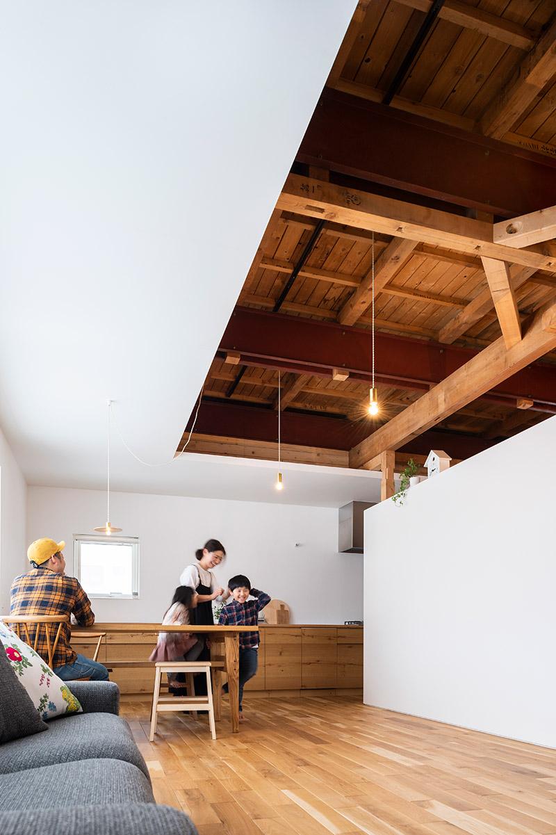 現しの天井と白い余白という新旧が美しく同居する空間。断熱を考慮して外周をふかしている