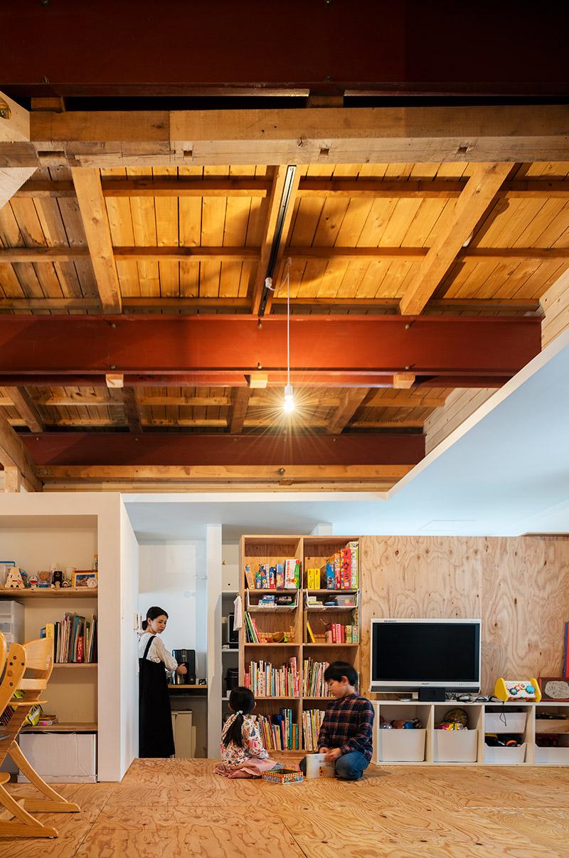 将来的には室内に間仕切りを設け、子ども部屋を2つにすることも可能。キッチン側、土間廊下側と、出入り口も2つ設けている