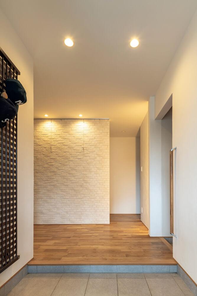 ゆったりとした広さの玄関。正面の間仕切り壁は、エコカラットを張ってアクセントウォールに