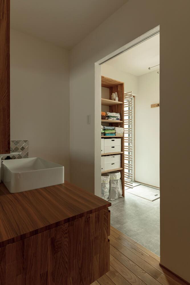 洗面台の向かいにユーティリティを配置。引き戸で仕切ることができる
