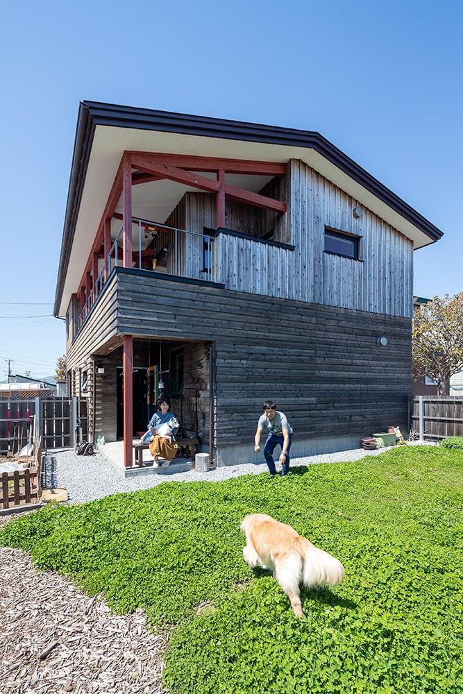 家の横に広がる広い庭は、木の塀で囲ってドッグランに